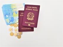 Pasaporte italiano dos con los billetes de banco euro imágenes de archivo libres de regalías