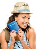 Pasaporte que se sostiene turístico de la mujer afroamericana feliz Fotografía de archivo libre de regalías