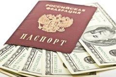 Pasaporte ruso con $100 billetes de banco Fotos de archivo libres de regalías