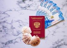 Pasaporte ruso con el dinero y las conchas marinas azules imagen de archivo