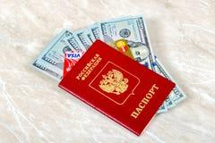Pasaporte ruso con la VISA y la tarjeta de débito de Mastercard, americanas Foto de archivo