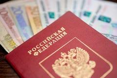 Pasaporte ruso con los billetes de banco y las rublos euro Fotos de archivo