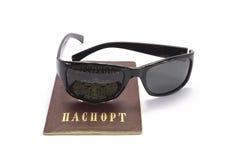 Pasaporte ruso con los vidrios Fotos de archivo libres de regalías