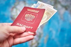 Pasaporte ruso y billetes de banco euro en el fondo del mapa Imagen de archivo