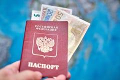 Pasaporte ruso y billetes de banco euro en el fondo del mapa Fotografía de archivo