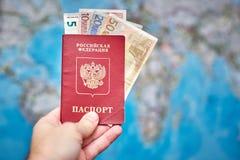 Pasaporte ruso y billetes de banco euro en el fondo del mapa Imagen de archivo libre de regalías
