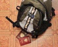 Pasaporte ruso y un pasaporte con una mochila Fotografía de archivo libre de regalías