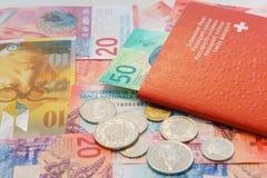 Pasaporte suizo y francos suizos con las nuevas 20 y 50 cuentas del franco suizo Fotos de archivo libres de regalías