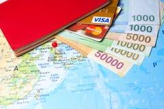 Pasaporte, tarjetas de crédito y moneda surcoreana Fotos de archivo