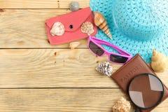 Pasaporte, vidrios, sombrero y cáscaras del concepto del viaje en una tabla de madera natural Relajación holidays Visión superior imagen de archivo