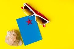 Pasaporte, vidrios y cáscaras con la estrella en fondo amarillo Fotografía de archivo libre de regalías