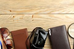 Pasaporte, vidrios, y cartera del concepto del viaje en una tabla de madera natural Relajación holidays Visión superior Espacio p imagen de archivo