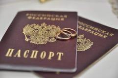 Pasaporte y anillos fotografía de archivo