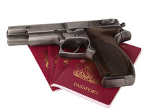 Pasaporte y arma BRITÁNICOS Fotografía de archivo