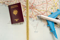 Pasaporte y avión franceses Imágenes de archivo libres de regalías