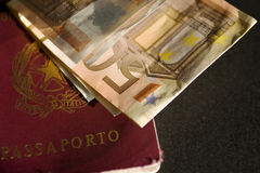 Pasaporte y billete de banco Fotos de archivo libres de regalías