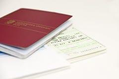 Pasaporte y billetes de avión imagen de archivo libre de regalías