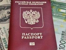 Pasaporte y billetes de banco Imagenes de archivo