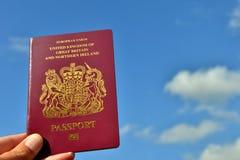 Pasaporte y cielo BRITÁNICOS Fotografía de archivo libre de regalías