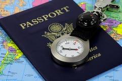 Pasaporte y compás fotos de archivo