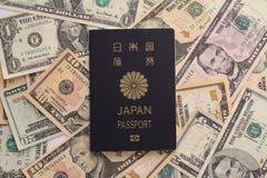 Pasaporte y dólar de EE. UU. japoneses fotos de archivo