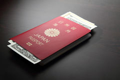 Pasaporte y dólar de EE. UU. japoneses foto de archivo libre de regalías