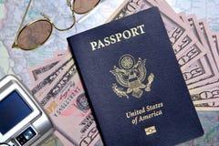 Pasaporte y dinero de los E.E.U.U. listos para el recorrido Fotografía de archivo
