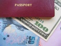 Pasaporte y dinero en circulación Fotos de archivo