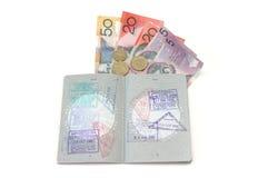 Pasaporte y dinero en circulación Foto de archivo