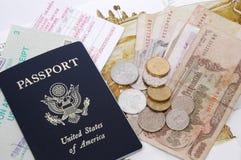 Pasaporte y dinero en circulación Foto de archivo libre de regalías