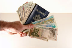 Pasaporte y dinero en circulación de la explotación agrícola del hombre Foto de archivo