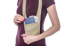 Pasaporte y dinero en el bolso móvil Imágenes de archivo libres de regalías