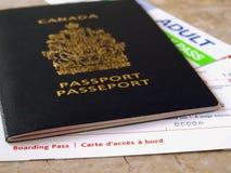 Pasaporte y documento de embarque Fotos de archivo libres de regalías