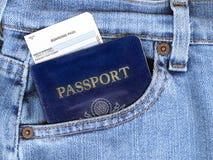 Pasaporte y documento de embarque en bolsillo de los pantalones vaqueros Fotos de archivo libres de regalías