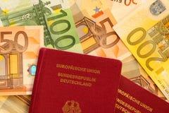Pasaporte y efectivo Fotos de archivo libres de regalías