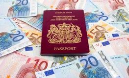 Pasaporte y euros BRITÁNICOS Foto de archivo