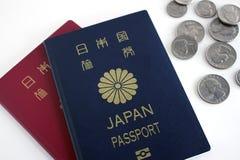 Pasaporte y monedas japoneses Foto de archivo