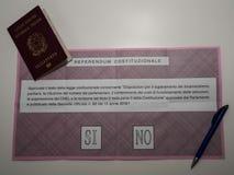 Pasaporte y papeleta electoral italianos para el referéndum italiano de la constitución Imágenes de archivo libres de regalías