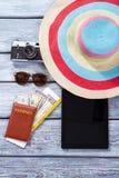 Pasaporte y sombrero rayado de la playa Foto de archivo libre de regalías