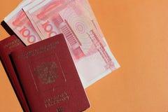 Pasaporte y yuan rusos biom?tricos Concepto del turismo, del viaje y de las relaciones internacionales imagen de archivo