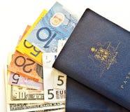 Pasaportes australianos y dinero en circulación Fotos de archivo libres de regalías