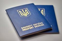 pasaportes con cierre del emblema del estado para arriba aislados en el fondo blanco imagen de archivo libre de regalías