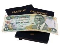 Pasaportes con el dinero bahamés Imagenes de archivo