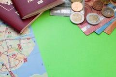 Pasaportes del mapa dos de la ciudad y notas extranjeros rusos del euro de diversos denominaciones y eurocents en un espacio verd foto de archivo libre de regalías