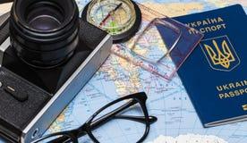 Pasaportes en un mapa del mundo Cámara, gafas de sol, y seashel Fotografía de archivo libre de regalías