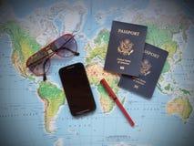 Pasaportes en un mapa del viaje de las vacaciones imagenes de archivo