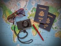 Pasaportes en un mapa del viaje de las vacaciones fotos de archivo