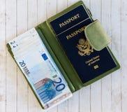 Pasaportes, euros, y cartera verde Foto de archivo
