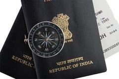 Pasaportes indios, compás magnético, documento de embarque Foto de archivo