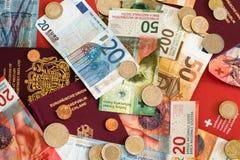 Pasaportes y dinero de la unión europea y de Suiza fotografía de archivo